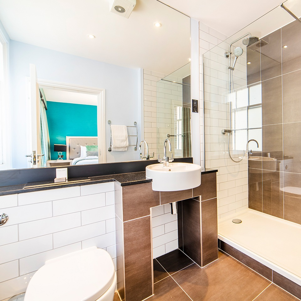 en-suite bathroom at pelham house